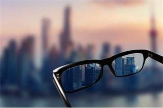 Does severe myopia cause blindness?